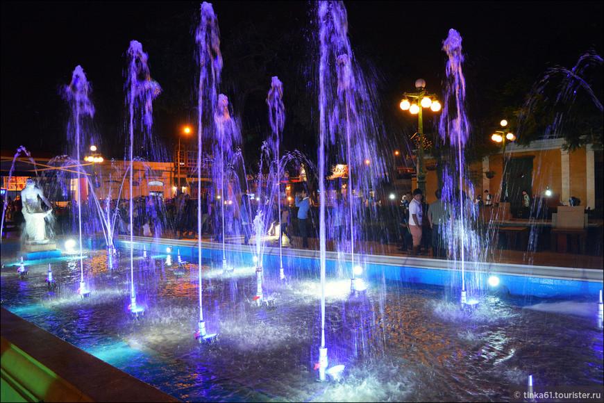 Вечером в Муниципальном парке, шоу фонтанов.