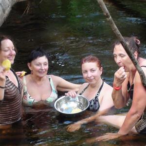 Прохлада речки скрашивала жаркие дни в джунглях