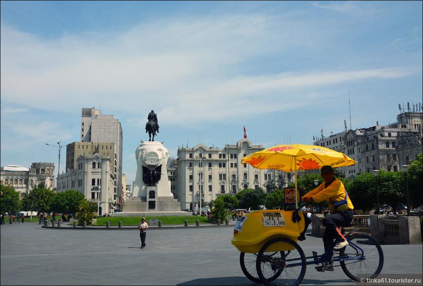 Теперь мы находимся на площади Сан-Мартина.Спроектированная в 1921 году в честь 100-летия Независимости Перу площадь Сан- Мартин стала крупнейшей и красивейшей площадкой города.
