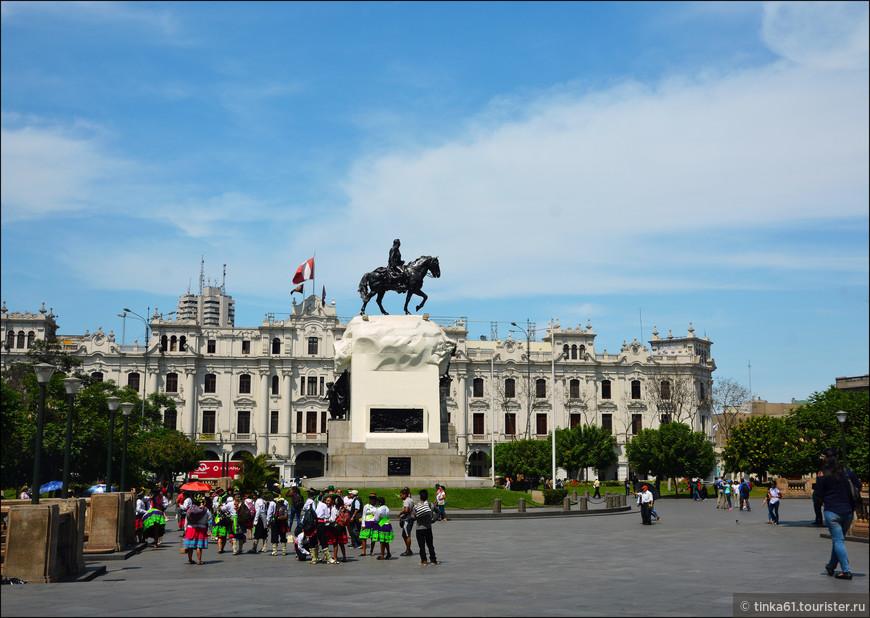 В центре площади доминирует бронзовый памятник национальному освободителю Хосе-де-Сан-Мартин в окружении фонтанов и элегантных белоснежных зданий в стиле ар-нуво.