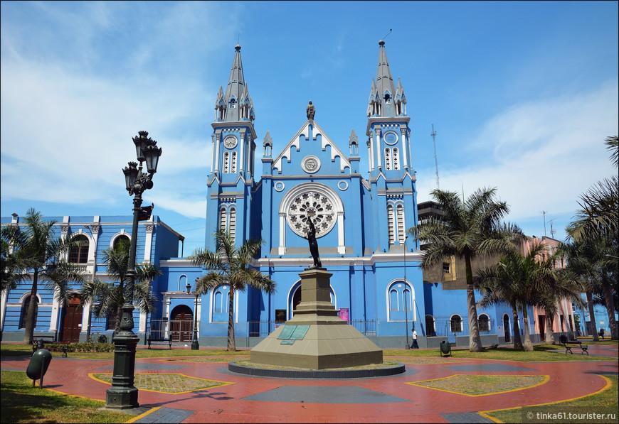 Вот такой красивый подарок получила Лима от французской колонии в честь 100-летия Независимости Перу. Главным украшением площади является Церковь Реколета, которую еще называют «Приход святых сердец». Здание 18 века в неоготическом стиле очень красиво, как и сама площадь Франции, на которой оно расположено.