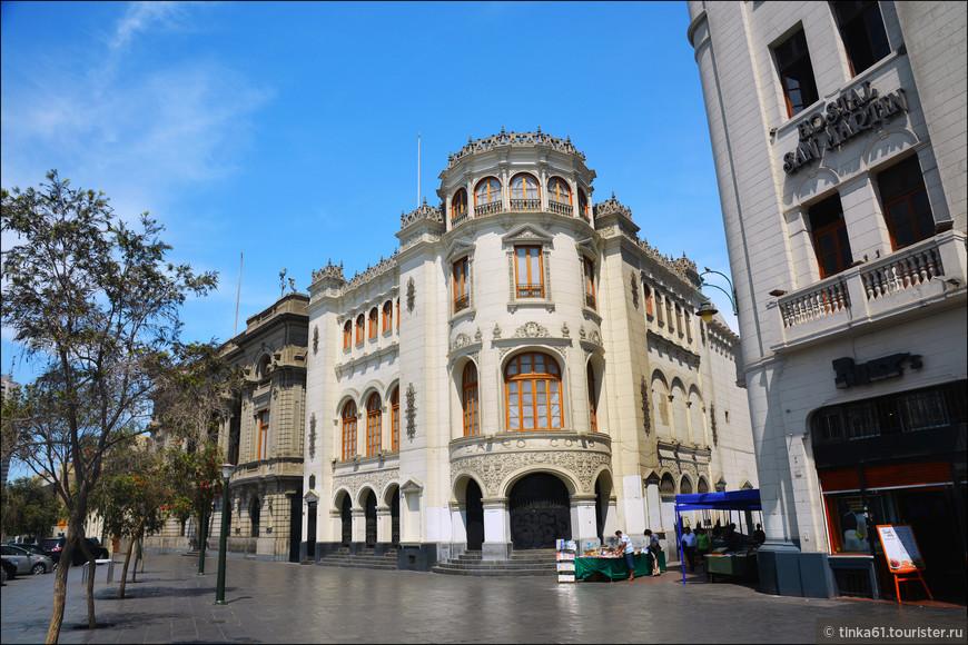 По периметру площадь Сан-Мартин окружают элегантные зданий в стиле ар-деко. Весь ансамбль площади выполнен в белоснежных тонах и имеет очень французский вид.