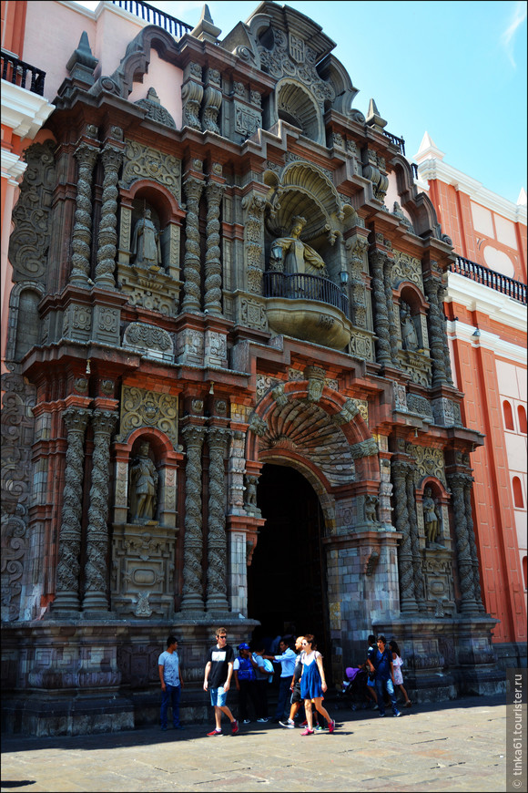 Это Базилика Ла Мерсед, которую уж точно не пропустишь из-за её великолепного ажурного фасада. Расположена на центральной улице Jr. de la Union. Великолепный образчик колониальной испанской архитектуры. 1536 год постройки,  перенасыщенный стиль испанского барокко Чурригиреско. Необычайно красивый портал тончайшей работы из панамского разноцветного гранита с фигурой Святой Девы Ла Мерсед.