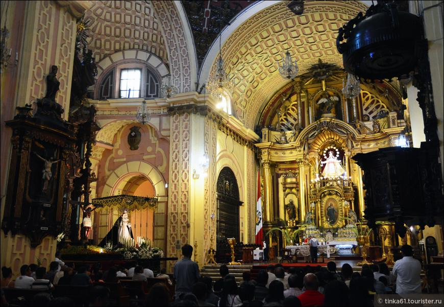 Главный алтарь посвящен Деве Милосердия, покровительнице перуанской армии.