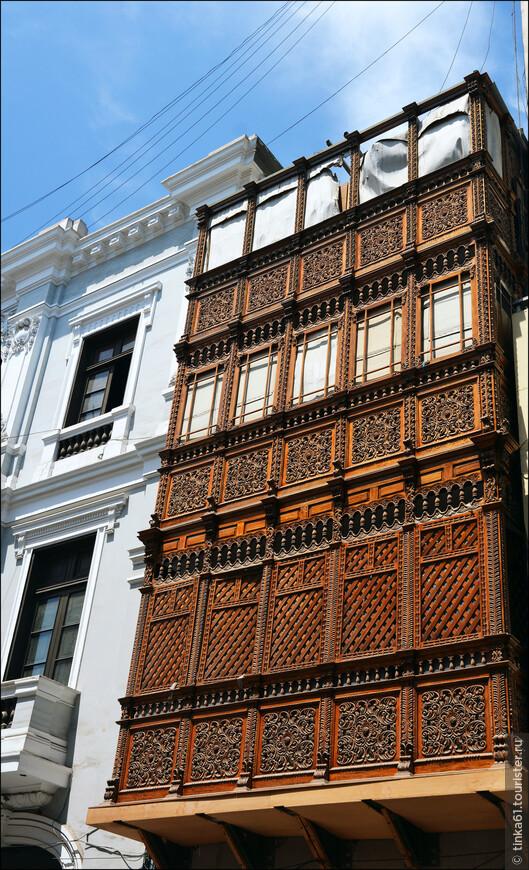 Закрытые ажурные балкончики - главная фишка Лимы. Их здесь видимо-невидимо!