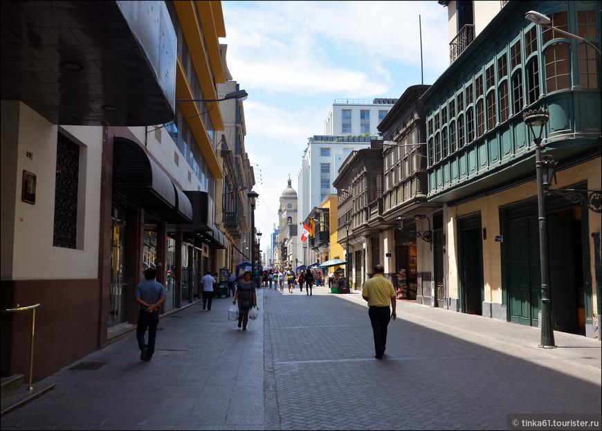 Гуляем по одной из центральных улиц Лимы,  Хирон де Укайяли.