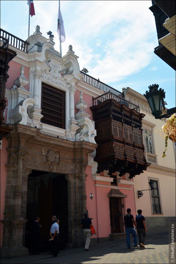 Дворец Торре Тагле это какая-то квинтэссенция архитектурного стиля перуанского вице-королевства! Построил это здание маркиз Торре Тагле, испанский казначей, в 1730 году.