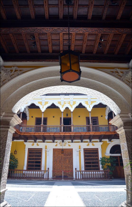 Сегодня внутри Дворца Торре Тагле разместилось Министерство Иностранных Дел Перу. Но по выходным   туристов пускают во внутренний дворик. Куда мы с удовольствием и заглянули.