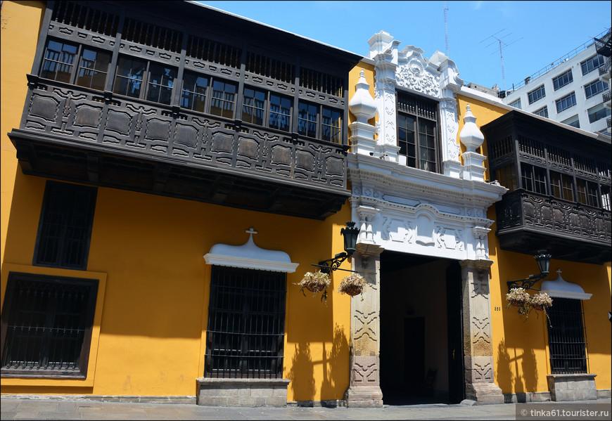Дом Гойенече - Casa de Goyeneche. Середина 18 века. Если Дворец Торре Тагле благородного розового цвета, то Дом Гойенече выделяется кричащим ярко-желтым пятном с контрастирующими черными балконами.