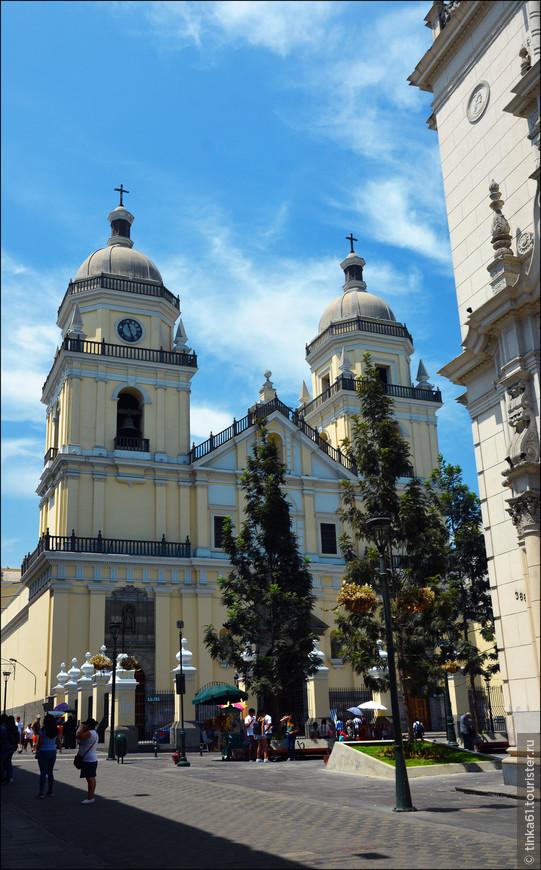 Вернувшись на улицу Хирон  Укайяли, мы направились в церковь Святого Петра, Iglesia San Pedro. Это одна из красивейших церквей Лимы, а в прошлый раз мы как-то мельком ее посмотрели. Что сейчас   и ликвидировали.