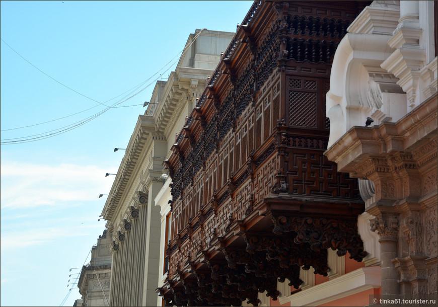 Кружево балконов дворца поражает своей искусной резьбой.