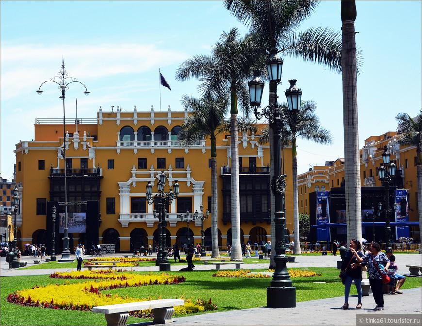 Муниципальный Дворец ярко-жёлтым пятном доминирует на Оружейной площади, удачно оттеняя другие знаковые здания площади! Неоклассический фасад дворца с резными балкончиками привлекает внимание контрастом жёлтого и черного!