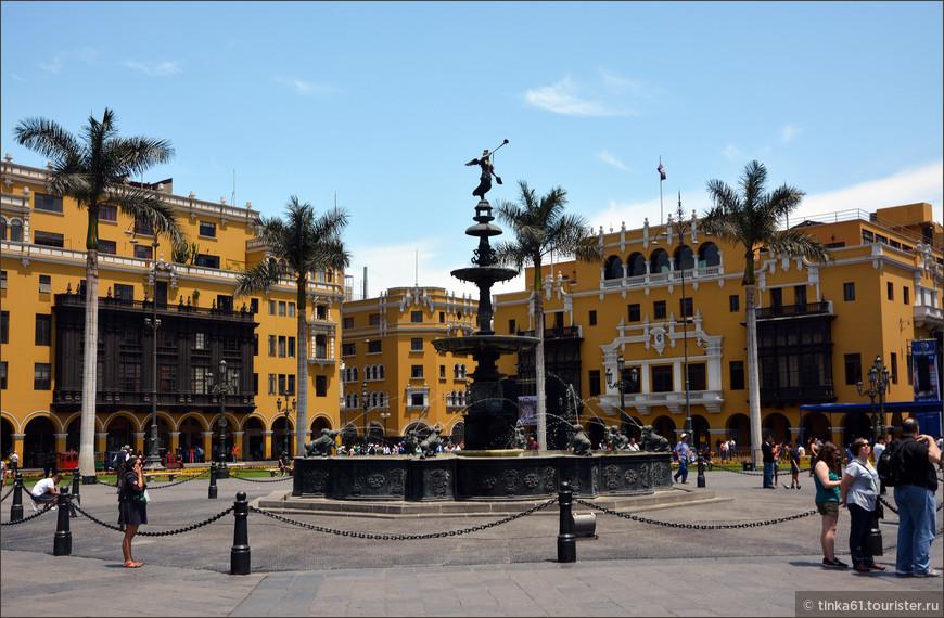 В самом центре Оружейной  площади находится одна из старейших достопримечательностей города — внушительный бронзовый фонтан, установленный здесь в 1650 году.