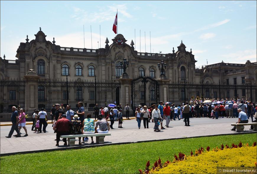 Дворец Правительства. Великолепное здание в стиле барокко, построенное в 1937 году, сегодня служит резиденцией президента Перу.