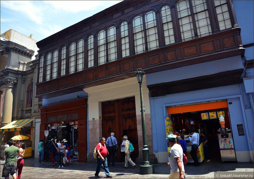 Дом Альяга, старейший дом Лимы, 1535 года постройки. Находится совсем рядом с Пласа де Армас на главной улице Jiron de la Union. И по сей день в доме живут потомки старейшей лимской семьи Альяга. По сравнению с другими, более пышными и нарядными домами Лимы здесь мы видим достаточно скромный фасад с республиканским балконом. Нам несказанно повезло, мы попали внутрь особняка на экскурсию. Об этом я расскажу отдельно, потому что дом изнутри просто роскошный!