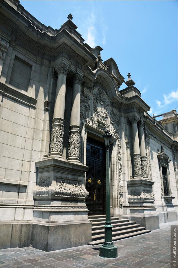 Дворец Правительства со стороны улицы  Хирон де ла Унион.