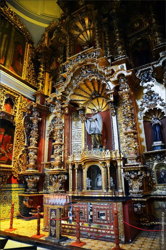 Интерьеры церкви поистине роскошны. Внутри -  сплошное золото, ослепляющее своей концентрацией. Интерьер этой церкви пышный и пестрый — стиль испанского барокко Чурригиреско.