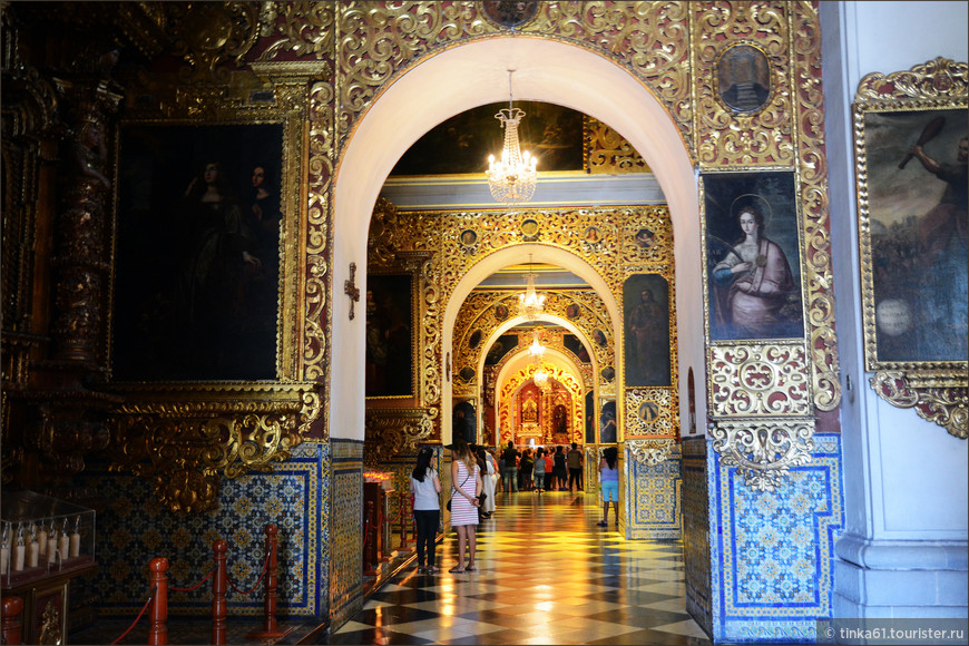Скульптуры святых, балкончики, алтари, часовенки, мозаики создают роскошный интерьер этой церкви.