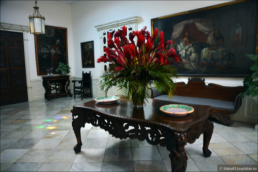 В первом салоне стены украшены старинными картинами Лимской и Кусканской школ.