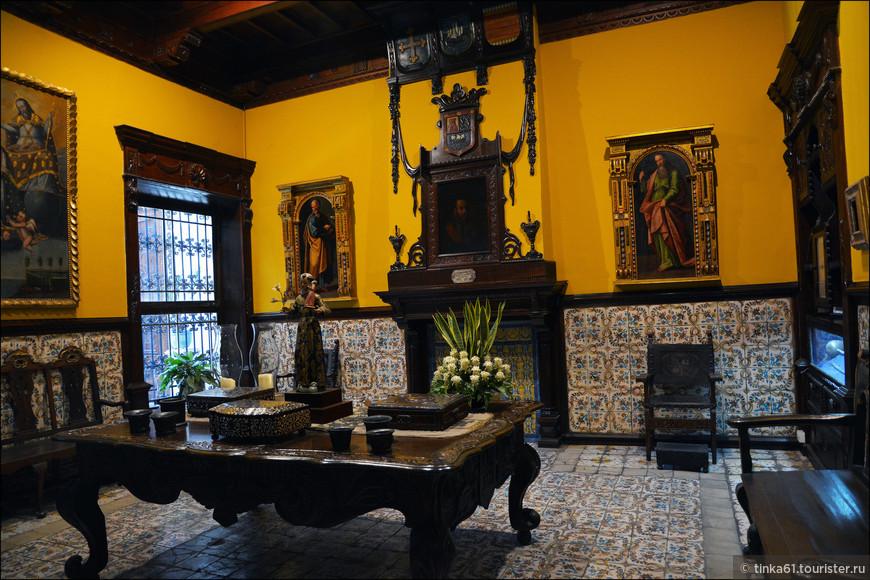 Над камином висит портрет самого основателя дома, конкистадора Альяга.