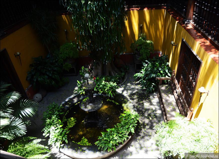 В центре патио установлен очаровательный маленький фонтанчик.