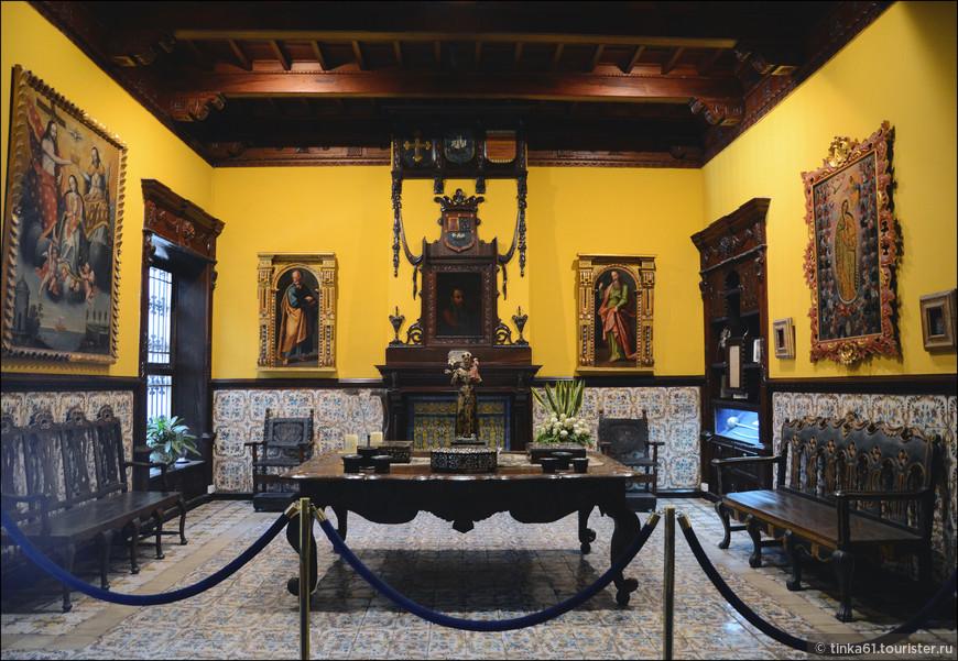 Салон плитки,  Salon de los azulejos -  нарядная комната с камином и старинными картинами. Каждая плитка 17 века раскрашена вручную.