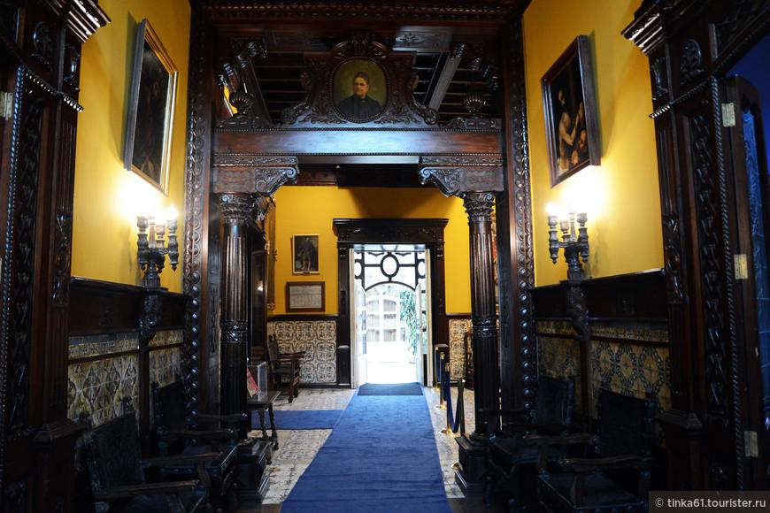 Коридор, куда выходят двери разных комнат и залов дома.
