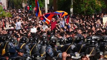 В Ереване демонстранты заблокировали дорогу в аэропорт