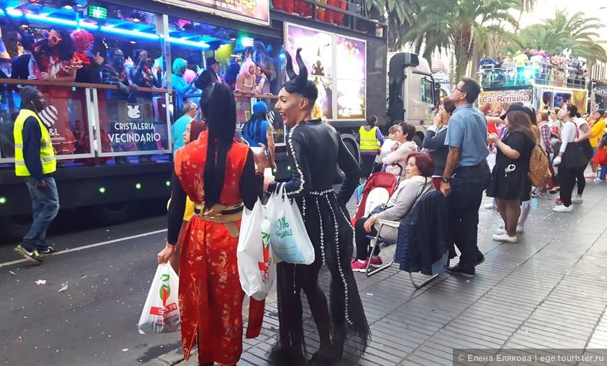 Карнавал проходил прямо вдоль нашего отеля, пока мы обошли несколько ближайших аптек (которые должны были быть открыты, но не работали), мы успели посмотреть на карнавальное шествие еще до наступления темноты.