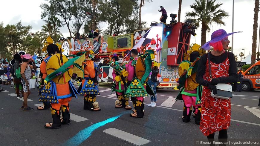 Здесь собираются участники и зрители карнавального шествия.