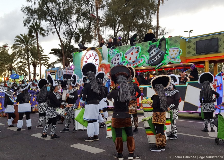 В отличие от предыдущего дня. в этом шествии принимают участие только 2 автобуса, на одном из которых везут Сардину и рядом стоит и машет рукой зрителям Королева карнавала.