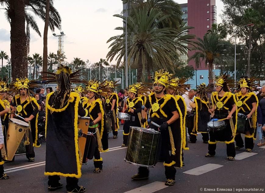 Начинают шествие черно-желтые барабанщики.