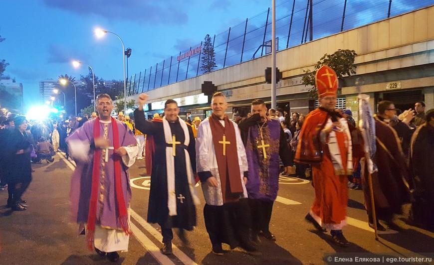 История Канарского карнавала начинается в средние века во времена инквизиции - как единственно возможное выражение свободомыслия. Шествие заканчивают радостные священнослужители, за ними едут 2 автобуса, на одном из которых Сардина и Королева.