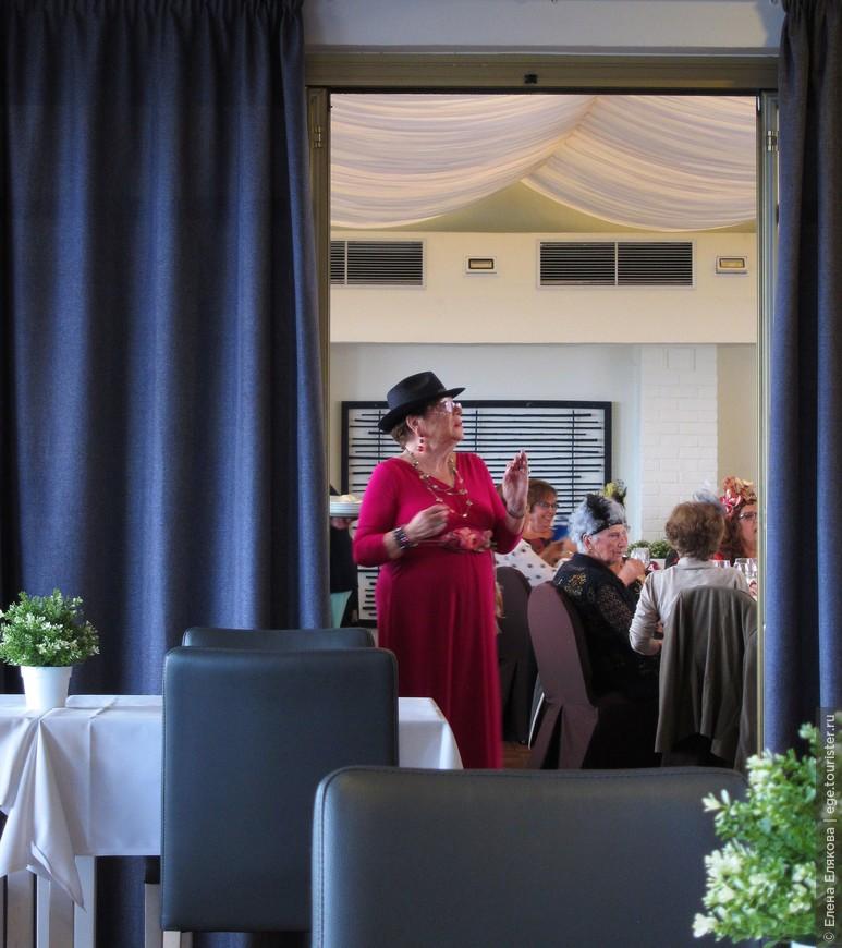 Вот так мы прекрасно обедали в пустом зале, из банкетного зала лилась красивая живая испанская музыка, дамы, с которыми я познакомилась в дамской комнате красиво медленно танцевали (по отдельности)…