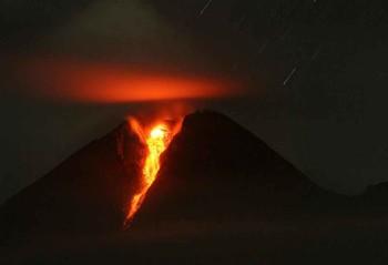 На острове Ява началась эвакуация из-за извержения вулкана