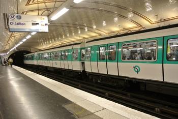 В метро Парижа оштрафовали туристов из Австрии за проход в неположенном месте