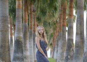 """Катя в """"инстаграмной"""" позе на пальмовой аллее."""