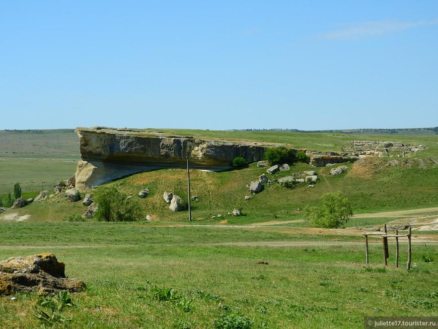 Поблизости располагается небольшая скала. На ней, по всей видимости, проводились какие-то раскопки.