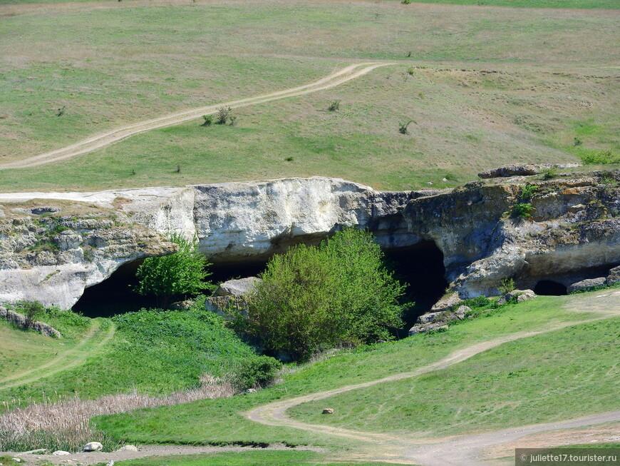 В начале подъема на Белую Скалу расположены гроты.