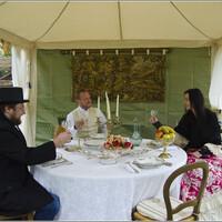 Светский обед. А Игорь вот в цилиндре за столом, двойка за этикет.