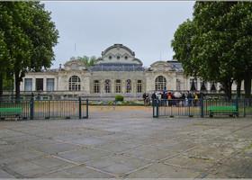 Бывшее казино 1865 года постройки, к которому относились читальный и бальный залы, а также театр. Сегодня этот комплекс около термального парка превращен в Дворец Конгрессов, и именно здесь проходит ежегодный бал в честь Наполеона III.