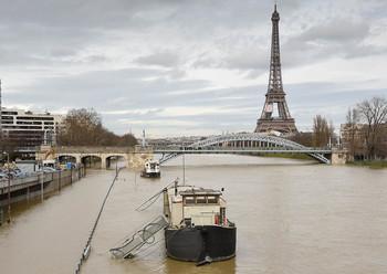 В Париже затоплены улицы и метро