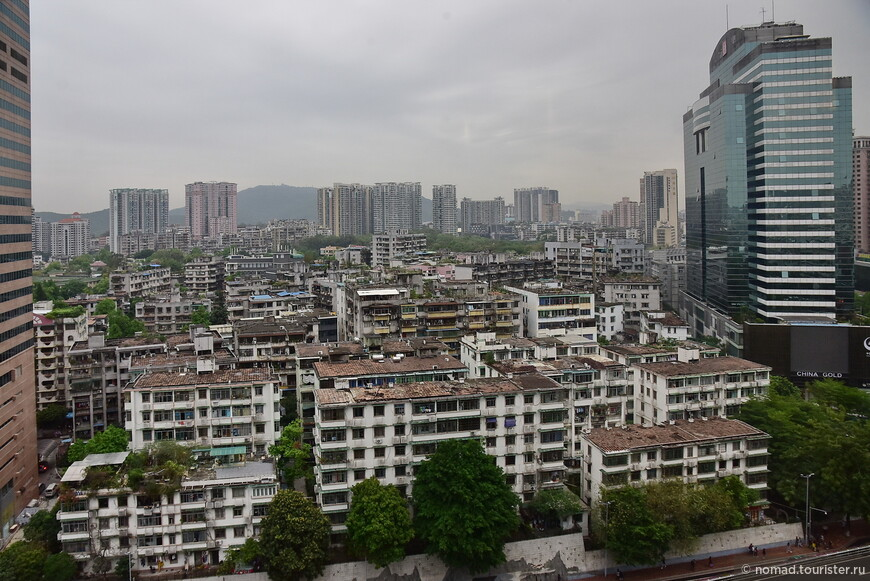 Вид из окна нашей гостиницы сразу показывает всю контрастность этого стремительно развивающегося города.