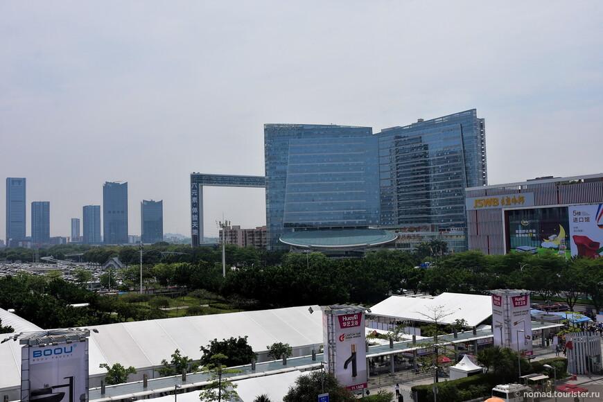 Вокруг комплекса понатыкано полно огромных зданий.