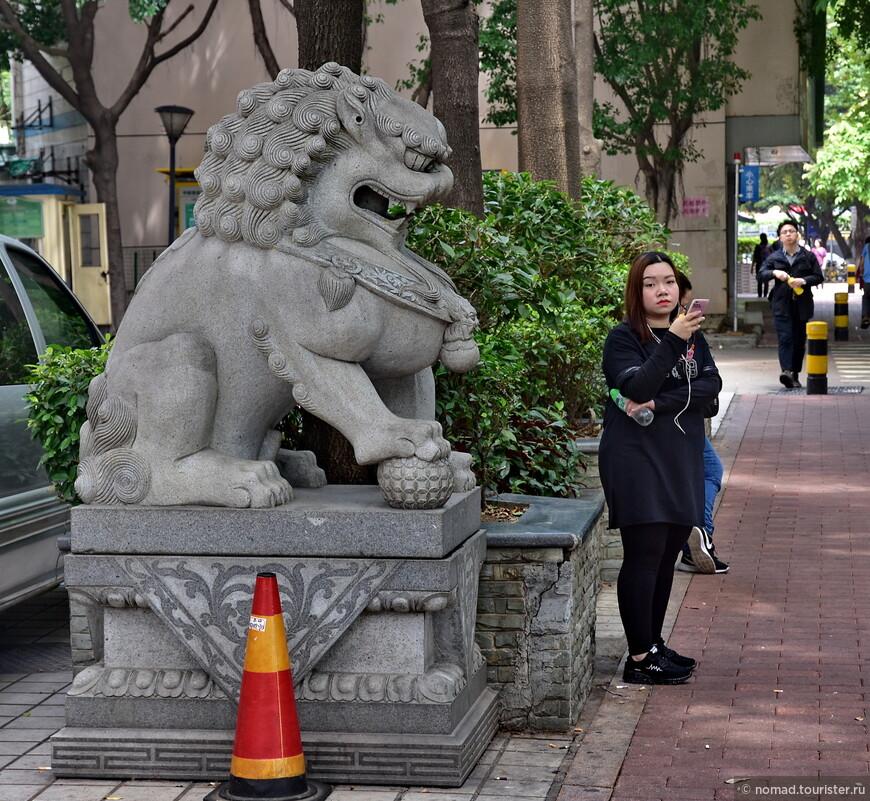 Девочка и лев. Мне кажется, они чем-то похожи... )