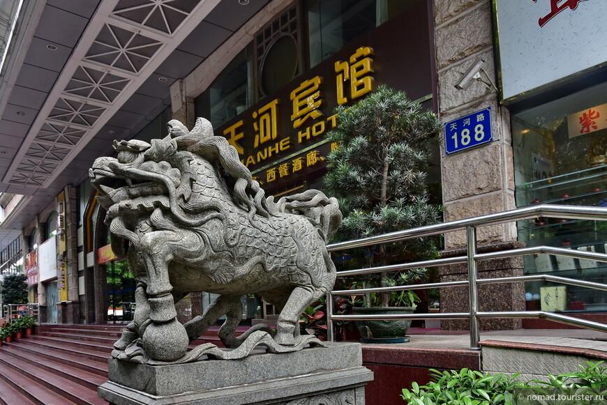 Лев без девочки... Или то конь, вроде копыта есть? Плевать, мне нравятся эти китайские скульптуры...
