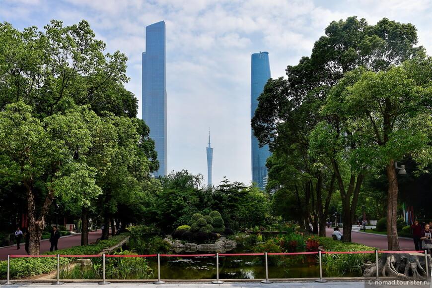Если немножко (или множко, смотря, где вы остановились) прогуляться, то можно и нужно выйти на центральную (ну, или самую красивую) площадь города, где находится главная гуанчжоунская достопримечательность и красивые небоскребы.