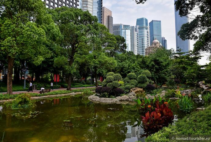 Но сначала пройдем через красивый парк, который почему-то называется площадь - Flower City Square.