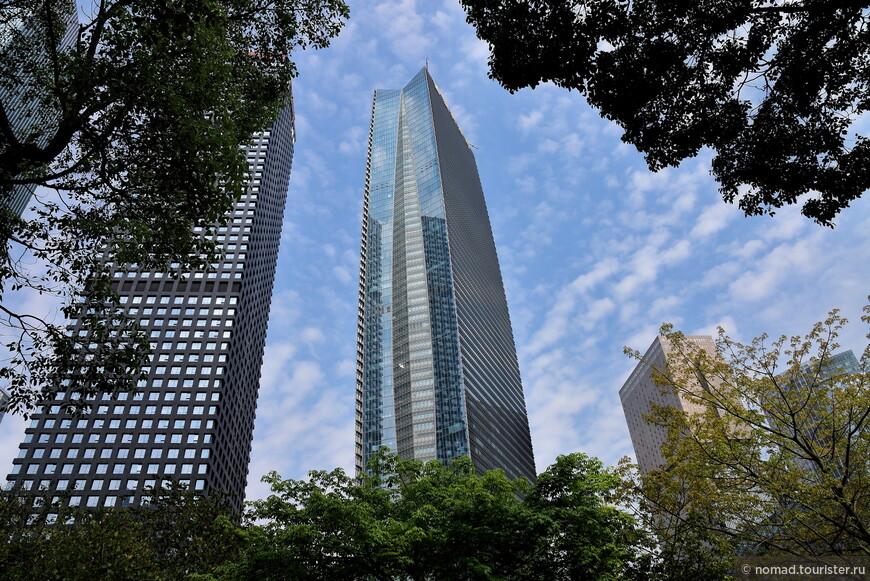 Площадь со всех сторон окружают небоскребы... Нехилые такие скрёбы... )