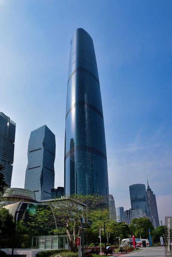Это здание Международного финансового центра Гуанчжоу (Guangzhou International Finance Center): 103 этажа и 439 метров в высоту